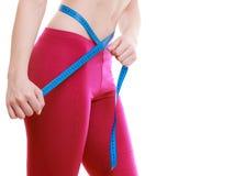 Девушка фитнеса измеряя ее изолированную талию. Потеря веса. стоковые изображения