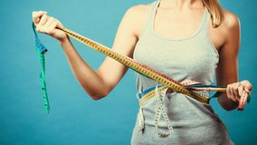 Девушка фитнеса измеряя ее тело с лентами Стоковая Фотография