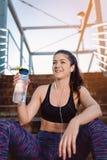 Девушка фитнеса отдыхая после разминки стоковые изображения