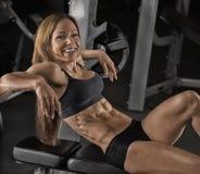 Девушка фитнеса представляя в спортзале стоковые изображения