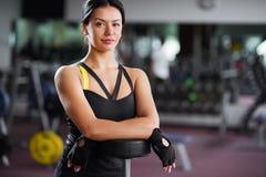 Девушка фитнеса при бар ослабляя в спортзале Стоковые Фотографии RF