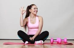 Девушка фитнеса при гантели делая тренировку Стоковые Фото