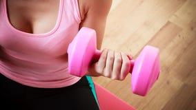 Девушка фитнеса при гантели делая тренировку Стоковое Изображение