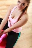 Девушка фитнеса при гантели делая тренировку Стоковые Изображения