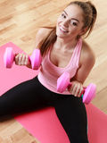 Девушка фитнеса при гантели делая тренировку Стоковые Изображения RF