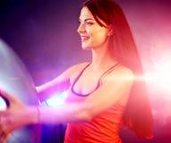Девушка фитнеса работая в спортзале с fitball Стоковое Фото