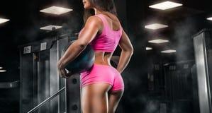 Девушка фитнеса работая с штангой в спортзале стоковые изображения rf