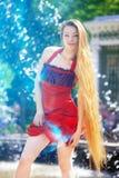 девушка фонтана платья около красного цвета Стоковая Фотография RF