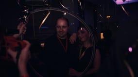 Девушка фотографа с светом кольца фотографирует пары на событии торжества сток-видео
