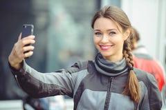 Девушка фотографирует на телефоне стоковая фотография rf