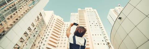 Девушка фотографирует новый жилой комплекс Белые современные небоскребы Новостройка стоковые фотографии rf