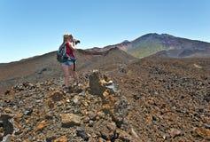 Девушка фотографируя кратеры Pico Viejo в острове Тенерифе Стоковое Изображение RF