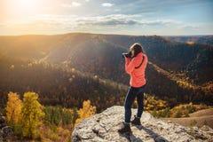 Девушка фотографируя ландшафт Стоковая Фотография