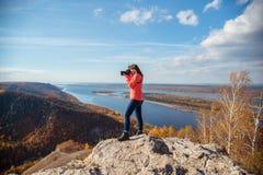 Девушка фотографируя ландшафт Стоковые Изображения
