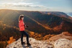 Девушка фотографируя ландшафт Стоковое фото RF