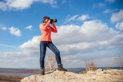 Девушка фотографируя ландшафт Стоковое Фото