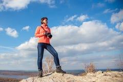 Девушка фотографируя ландшафт Стоковые Фотографии RF