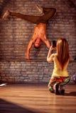 Девушка фотографируя усмехаясь perfo танцев пролома художника улицы Стоковые Изображения RF