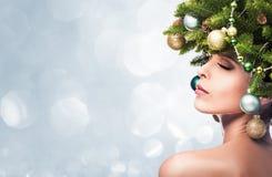 Девушка фотомодели красоты с елью разветвляет украшение Стоковое фото RF