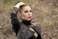 Девушка фотомодели красоты фасонируйте взгляд Женщина в куртке Стоковая Фотография RF
