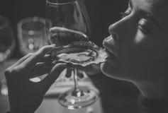 Девушка фотомодели красоты фасонируйте взгляд девушка или женщина есть устрицу с вином в роскошном ресторане Женщина или девушка Стоковое Фото