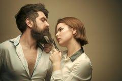 Девушка фотомодели красоты фасонируйте взгляд Парикмахер женщины режет бороду с ножницами Человек с длинной бородой, усиком и Стоковые Изображения RF