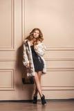 Девушка фотомодели красоты в белой меховой шыбе норки Стоковое фото RF