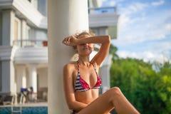 Девушка фото молодая милая ослабляя на террасе бассейна с красивым видом Усмехаясь время холодка траты женщины внешнее Стоковые Изображения RF