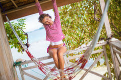 Девушка фото молодая сексуальная ослабляя на пляже в бунгале Усмехаясь лето времени холодка траты женщины внешнее карибский океан Стоковое Изображение RF