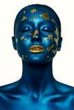 Девушка хеллоуина моды красоты с закрытыми глазами, и голубой кожей Стоковые Изображения