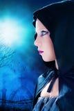 Девушка хеллоуина с погостом в предпосылке Стоковое Фото