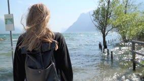 Девушка хипстера Blode озером акции видеоматериалы