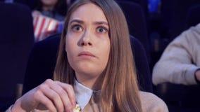 Девушка хмурится на кинотеатре стоковая фотография