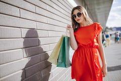 Девушка ходит по магазинам Стоковые Фото