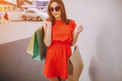 Девушка ходит по магазинам Стоковая Фотография RF
