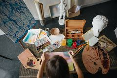 Девушка художника художника молодая красивая Работа создающ процесс Картина на мольберте Воодушевленная работа Горизонтальный сос стоковое фото rf