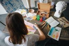 Девушка художника художника молодая красивая Работа создающ процесс Картина на мольберте Воодушевленная работа Горизонтальный сос стоковые фото