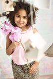 девушка цветка держа немногую милой стоковая фотография rf
