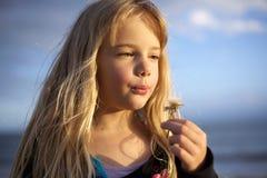 девушка цветка одуванчика немногая Стоковое Фото