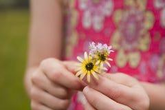девушка цветков давая детенышей Стоковые Фото