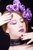 девушка цветков делает тип redhead вверх Стоковые Изображения