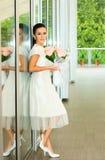 девушка цветков невесты довольно стоковое фото rf