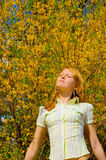 девушка цветков около желтого цвета вала Стоковые Фото