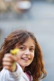 девушка цветков представляя детенышей Стоковое фото RF