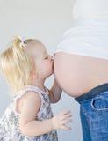 девушка целуя маленькую маму Стоковая Фотография