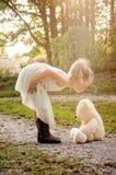 Девушка целуя медведя Стоковая Фотография RF