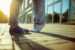 Девушка целует парня Положение ног Стоковые Изображения RF