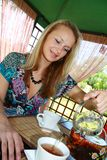 девушка чашки льет чай Стоковое фото RF