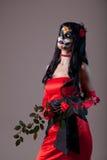 Девушка черепа сахара в красном платье вечера стоковая фотография rf