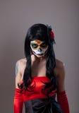 Девушка черепа сахара с красной розой стоковая фотография